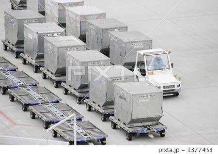 飛行場で働く車エアカーゴ 1377458