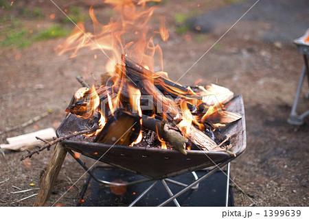 昼間の焚き火の写真素材 [1399639] - PIXTA