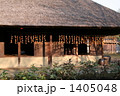 干し柿とかやぶき屋根の民家 1405048
