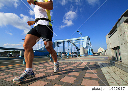 橋の上を走る人 1422017