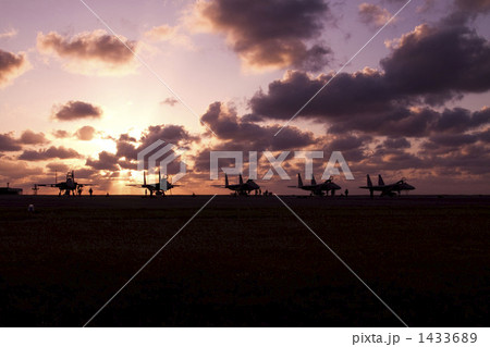 夕暮れの中の戦闘機 1433689