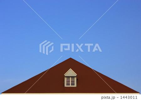 小窓と屋根のある空イメージ(横) 1443011
