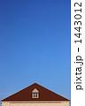 小窓と屋根のある空イメージ(縦) 1443012
