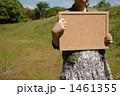 コルクボードを持つ女の子 1461355