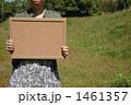 コルクボードを持つ女の子 1461357