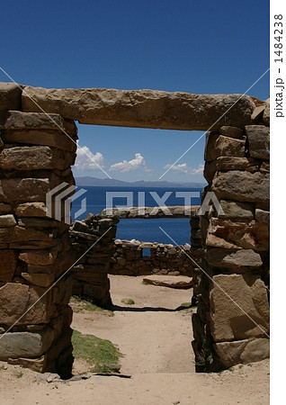 インカの石積みとチチカカ湖 1484238