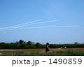 飛行機雲を追いかける女の子 1490859