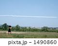 飛行機雲を追いかける女の子 1490860