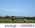 飛行機雲を追いかける女の子 1490864
