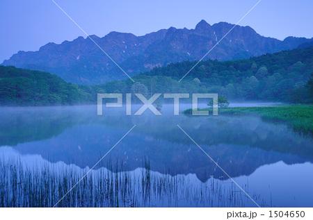 朝霧の鏡池に戸隠山を映す春景色 1504650