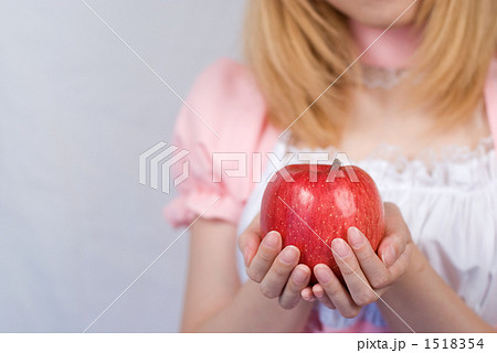 リンゴを持つメイド 1518354