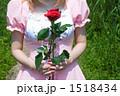バラを持つメイド 1518434
