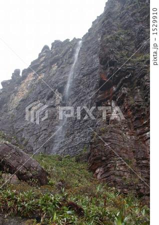 ロライマの絶壁を流れ落ちる雨水 1529910