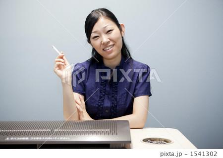 タバコを吸う女性 1541302
