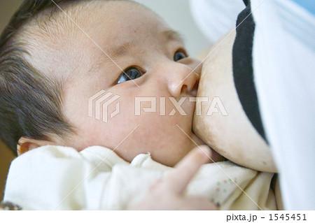 おっぱいを飲む赤ちゃん 1545451