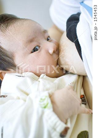 おっぱいを飲む赤ちゃん 1545453