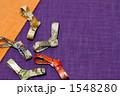かわいらしい形の箸置きを和風の草木染め布に置いた作品 1548280