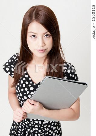 資料を持つ20代の女性 1560118
