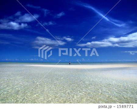 干潮で顔を出した砂浜に立つ海人 1589771