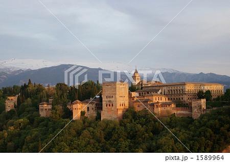 夕暮れ時のアルハンブラ宮殿 1589964
