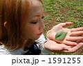葉を手に取る女性 1591255