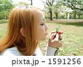 葉を手に取る女性 1591256
