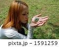 葉を手に取る女性 1591259
