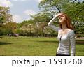 空を見上げる女性 1591260