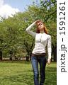 空を見上げる女性 1591261
