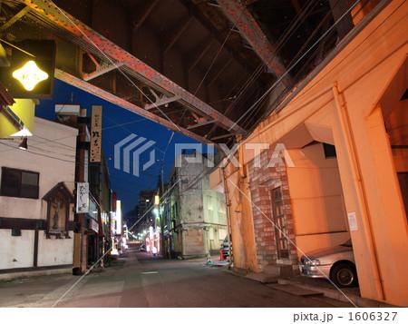 高架下から見る飲屋街 1606327