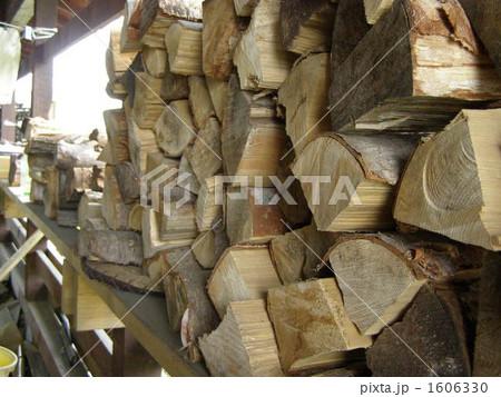 薪小屋の薪 1606330