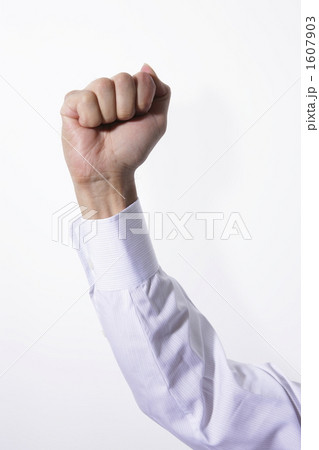 拳をかざす男性 1607903