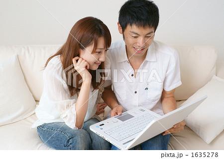 インターネットをする新婚(モデル:吉田千絵美・古荘智宣) 1635278