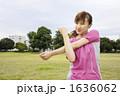 若い女性 ジョギング ストレッチの写真 1636062