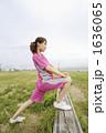 若い女性 ジョギング ストレッチの写真 1636065