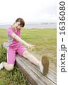 ジョギング 若い女性 ストレッチの写真 1636080