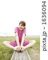 若い女性 ジョギング ストレッチの写真 1636094