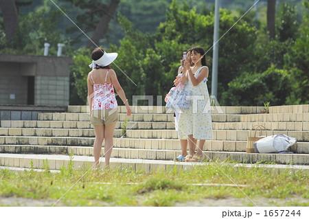 着替えに行く途中ケイタイで母親を撮る小学生 1657244
