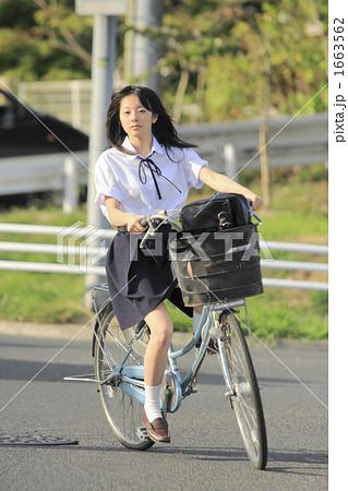 自転車の 通学自転車 : 自転車でカーブを切る女子校生 ...