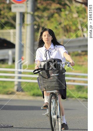 自転車の 自転車の写真 : 写真素材: 自転車で走る女子校 ...
