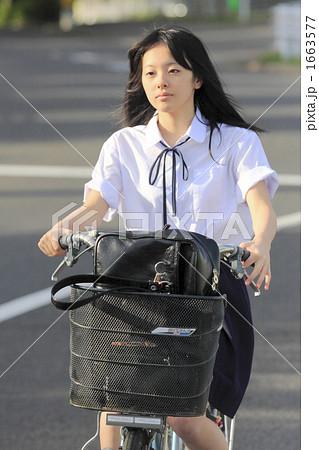 自転車の 通学自転車 : 自転車通学の女子校生の写真 ...