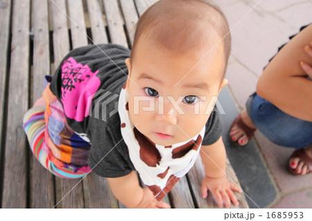 ハイハイの状態でカメラ目線の赤ちゃん 1685953
