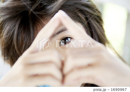 指の三角から除く目 1690967