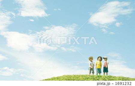 広い空と子供たち 1691232