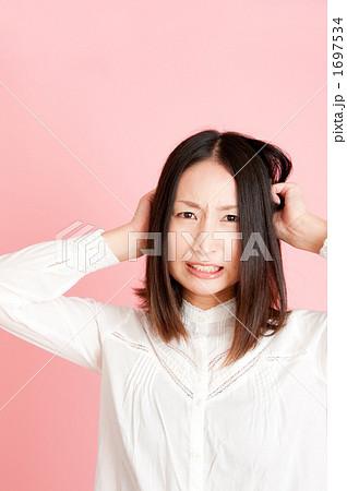 悔しい顔の女性 1697534