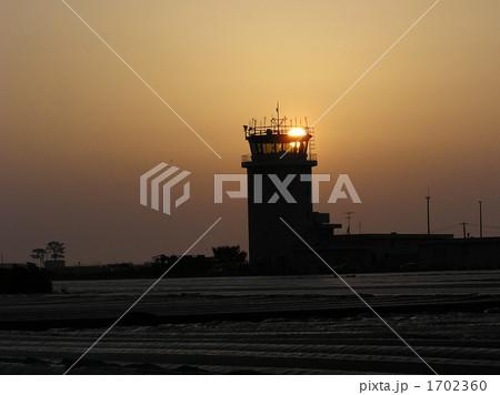 朝陽が射しこむ徳島阿波おどり空港管制塔  1702360