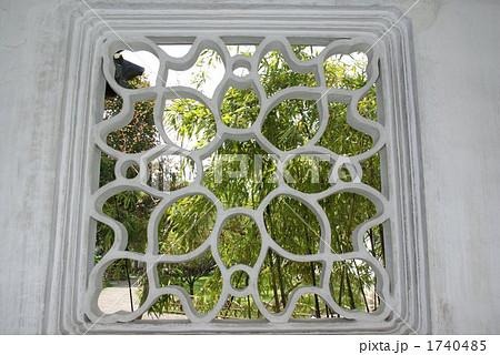 中国 蘇州の古典庭園の特徴のひとつ「漏窓」(透かし窓) 1740485