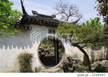 中国 蘇州の古典園林「耦園」、世界遺産の庭園、洞門のある景観 1740497
