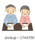 紙に書くおじいさんとおばあさん 1744700