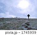 霜が残る登山路と登山者 1745939